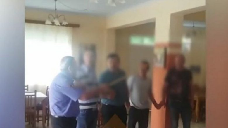 Shefi i policisë shqiptare ia merr valles i dehur, shikoni si i qëllon vartësit me shkop (Video)