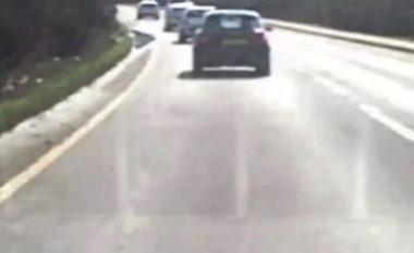 Vozit në kahje të kundërt me shpejtësi të madhe, përplaset me një veturë që kishte kamerë dhe filmoi gjithçka në Yorkshire (Video, +18)