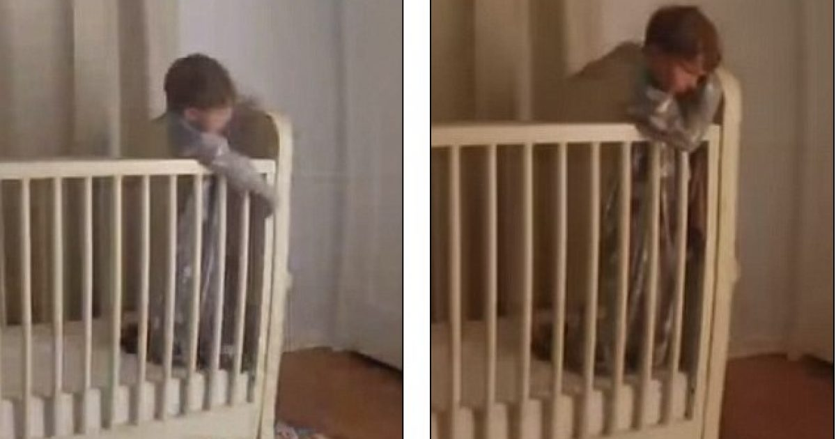 Tenton të dalë nga shtrati, vogëlushi për pak sa nuk rrëzohet – babai e shpëton në sekondën e fundit (Video)