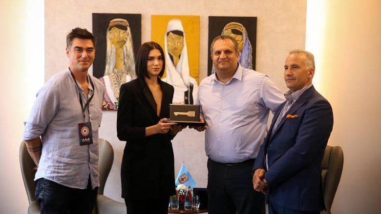 Shpend Ahmeti ia dhuron Dua Lipës 'Çelësin e Prishtinës'