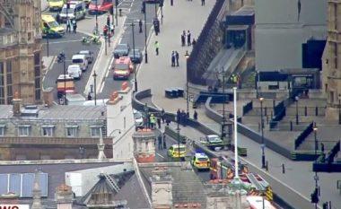 Përplaset vetura në rrethojën mbrojtëse të Parlamentit në Londër, arrestohet shoferi - raportohet për këmbësorë të lënduar (Foto/Video)