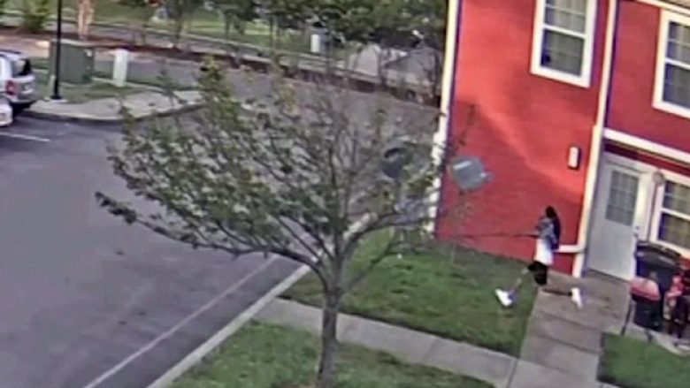 Polici amerikan filmohet duke qëlluar për vdekje një burrë me ngjyrë në Tennessee, thuhet se viktima kishte revole me vete (Video, +18)
