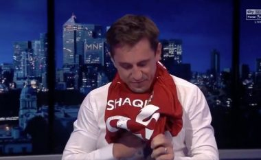 Gary Neville detyrohet ta veshë fanellën e Shaqirit, futbollisti shqiptar i lë edhe një mesazh: Të lutem mos vë më bast