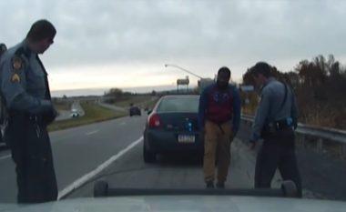 Edhe pse e qëllojnë me revole elektrike, burri që akuzohej për tejkalim shpejtësie nxjerr revolen dhe plagos njërin nga dy policët amerikanë (Video, +18)