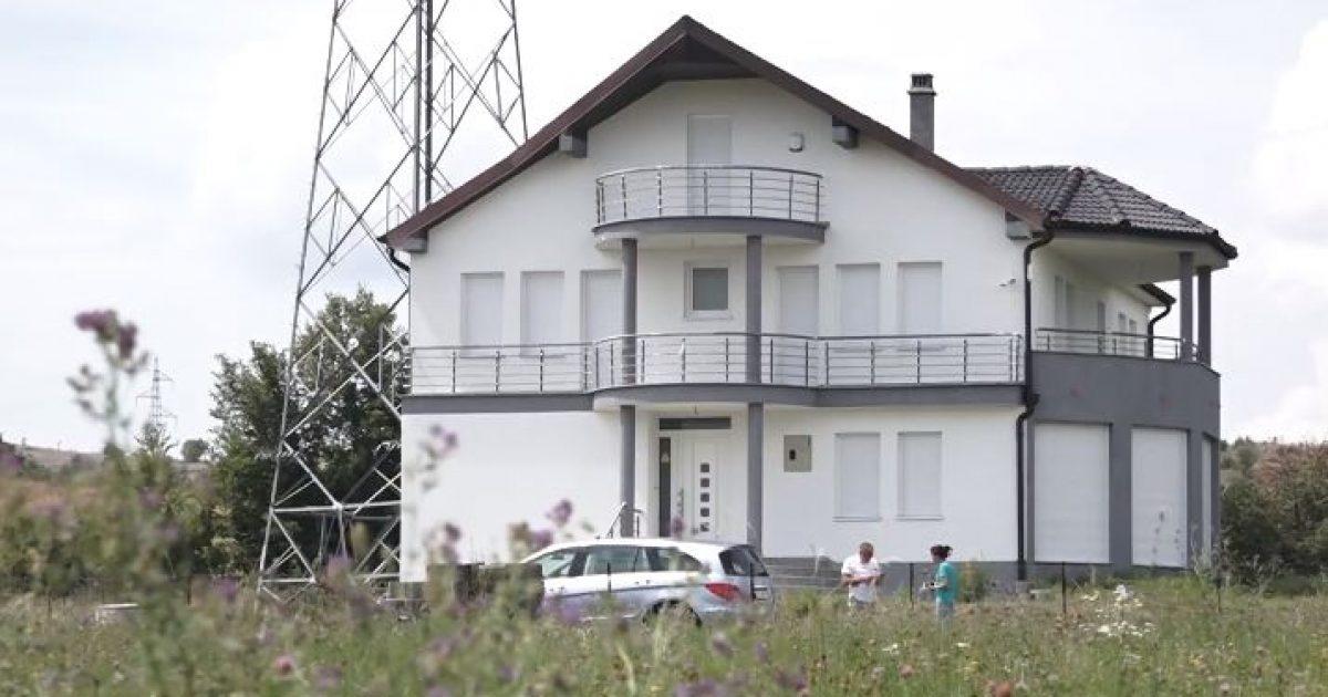 Mërgimtarit nga Zvicra i vendosin tensionin e lartë në oborr, pushimet detyrohet t'i kalojë në hotel (Video)