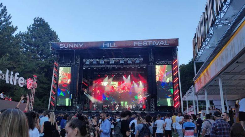 """Nis zyrtarisht festivali """"Sunny Hill"""", artistët e parë ngjiten në skenë, gjithçka gati për performancën e Dua Lipës"""
