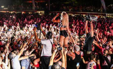 Rita Ora elektrizon publikun në Maltë, futet në mesin e tyre gjatë koncertit