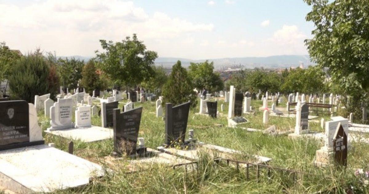 Qytetarët vazhdojnë traditën e vizitave te varrezat e të afërmve për Kurban Bajram