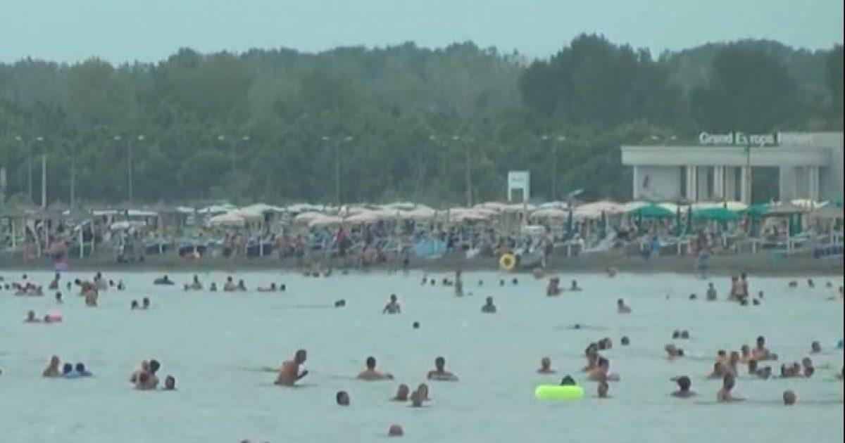 Boshatisen plazhet e Vlorës, Durrësit e Shëngjinit, Velipoja përplot me pushues (Video)
