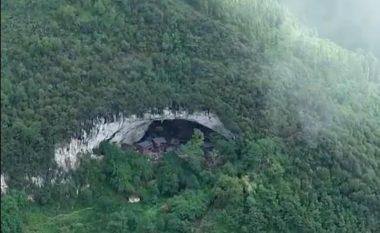 Fshati kinez i ndërtuar brenda shpellës, në të jetojnë qindra persona që nuk kanë kontakt me botën e jashtme (Foto/Video)