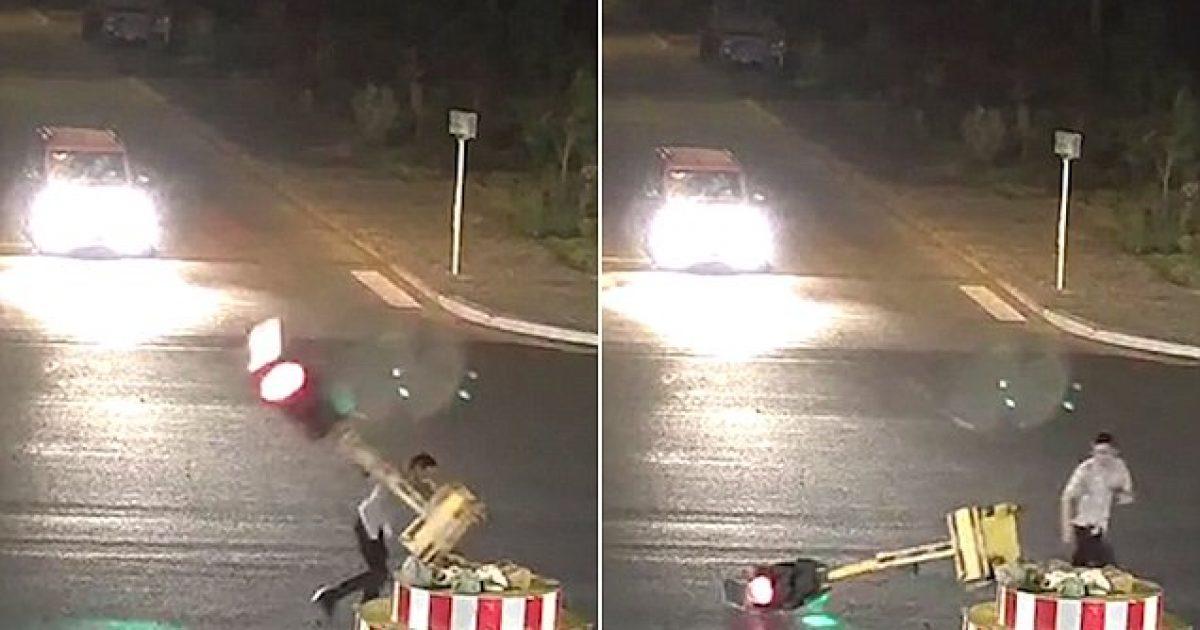 Humb durimin duke pritur, motoçiklisti shkatërron semaforin në Kinë (Video)