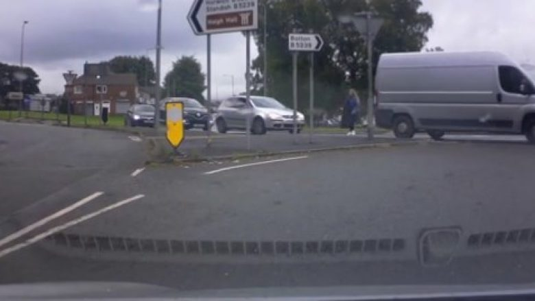 Goditet me veturë dhe për disa metra tërhiqet zvarrë, vajza nga Mançesteri shpëton mrekullisht – ngritet në këmbë dhe vazhdon rrugën (Video, +18)
