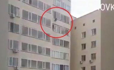 Fqinji ia shpëtoi jetën 7-vjeçarit në Astana që ra nga kati i nëntë, e kapi duke fluturuar (Video)