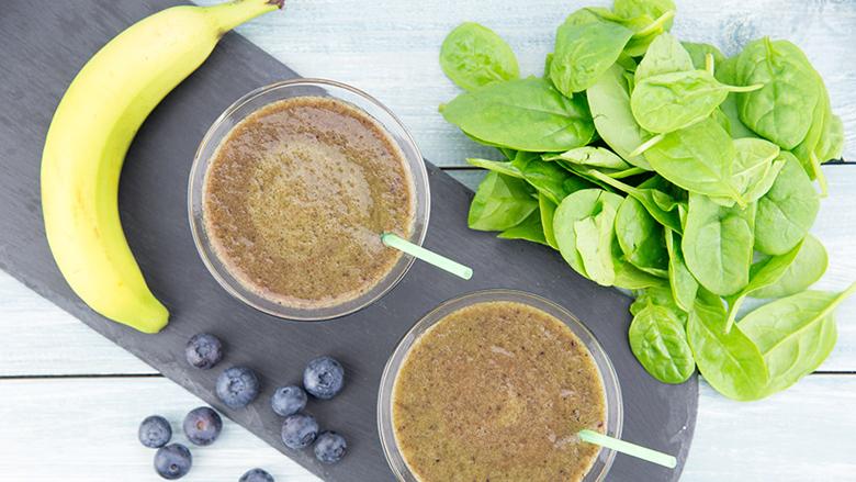 Pije detoksi nga boronicat, banania dhe spinaqi