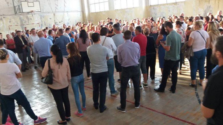 """Nxënësit e Shkollës """"Daut Bugujevci"""" në Fushë Kosovë vazhdojnë protestat dhe bojkotin e mësimit"""