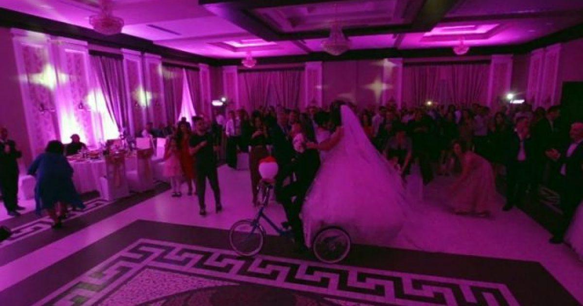 Me biçikletë edhe në ditën e dasmës – kjo është historia e çiftit shqiptar (Video)