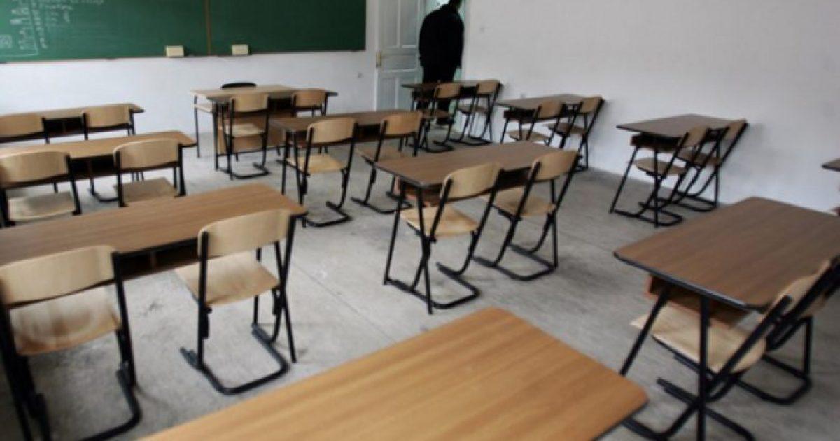 Preshevë: Mesuesi e rrah brutalisht nxënësin në klasë (Video)