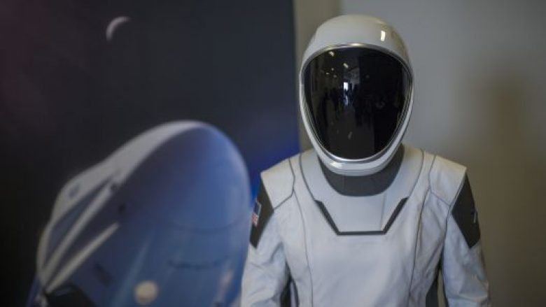 SpaceX regjistron pasagjerin e parë privat për në Hënë – kush mund të jetë ai?