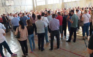 """Nxënësit e shkollës """"Daut Bugujevci"""" në Fushë Kosovë po vazhdojnë protestat (Video)"""