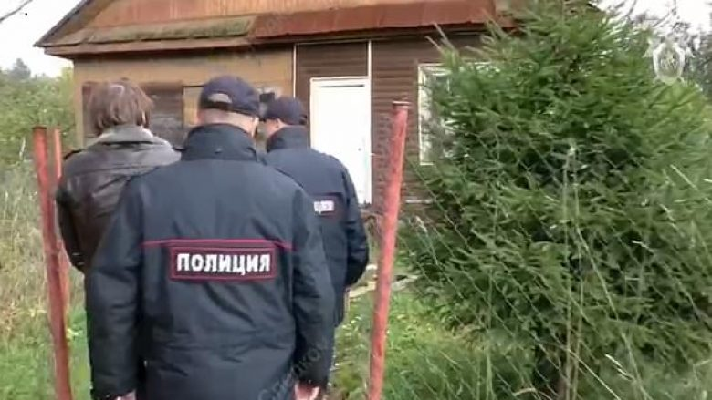 Detektivët rusë detyrojnë të akuzuarin për pedofili dhe kanibalizëm, t'ua demonstroj se si i kishte kryer vrasjet (Video)