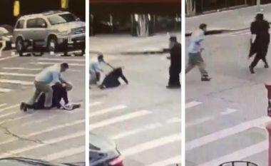 Burri i moshuar rrahet brutalisht në qendër të New York-ut, policia arreston sulmuesin (Video, +18)