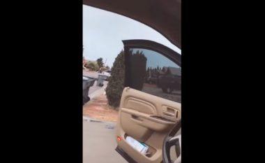 Nëna rrah të birin 13-vjeç në mes të rrugës, ia kishte marrë pa leje veturën e tipit BMW (Video)
