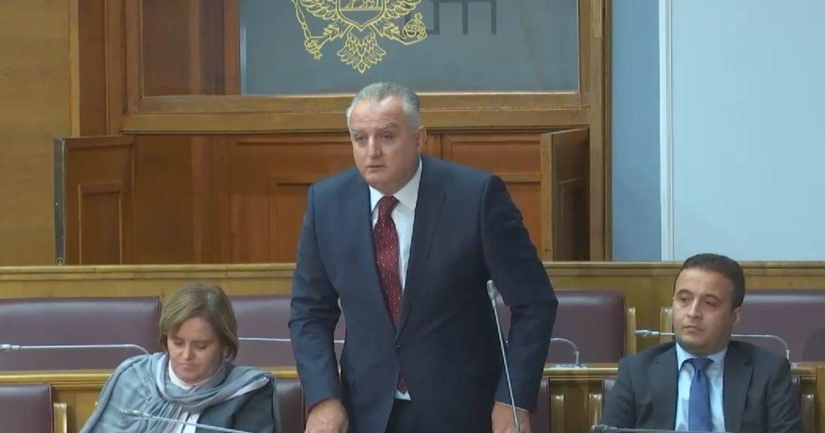 Ministri shqiptar në Kuvendin e Malit të Zi, deputetit serb: Flamuri im është flamuri shqiptar (Video)