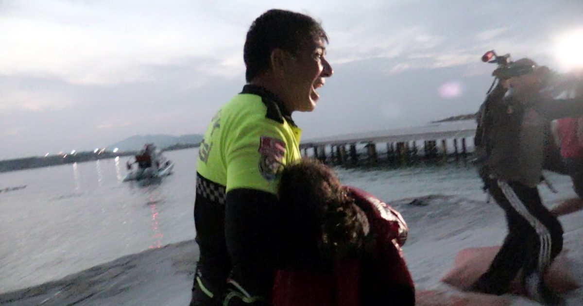 Polici turk nuk mundi t i ndalte lotët  derisa përpiqej të shpëtonte emigranten e vogël