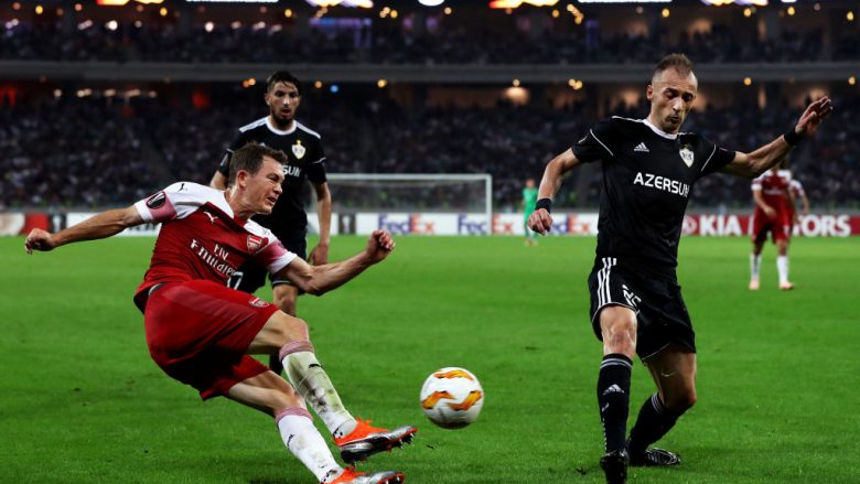 BAKU, AZERBAIJAN - OCTOBER 04:  Stephan Lichtsteiner of Arsenal crosses the ball under pressure from Ansi Agolli of Qarabag during the UEFA Europa League Group E match between Qarabag FK and Arsenal at  on October 4, 2018 in Baku, Azerbaijan.  (Photo by Francois Nel/Getty Images)