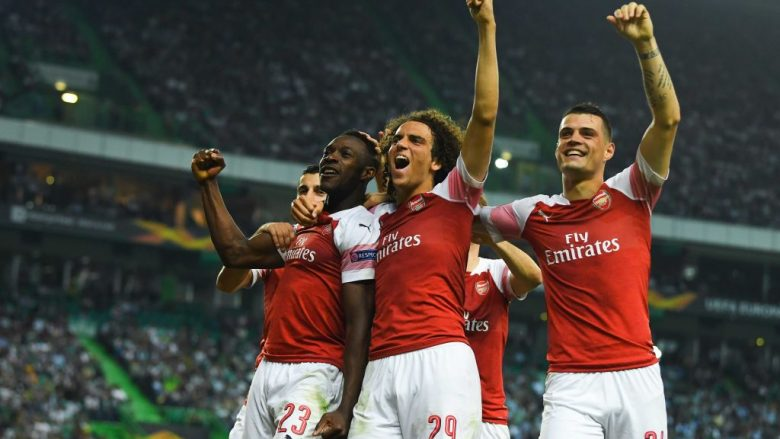 LISBON, PORTUGAL - OCTOBER 25:  Danny Welbeck of Arsenal celebrates with team mates after scoring his sides first goal during the UEFA Europa League Group E match between Sporting CP and Arsenal at Estadio Jose Alvalade on October 25, 2018 in Lisbon, Portugal.  (Photo by David Ramos/Getty Images)