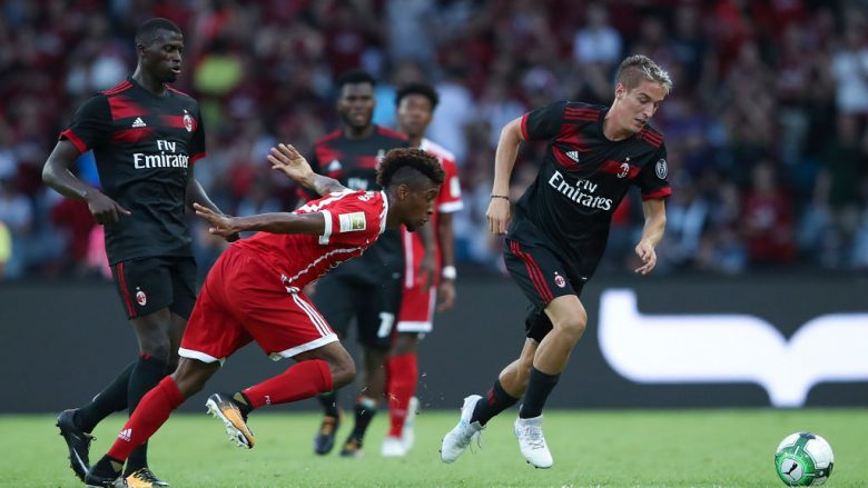 SHENZHEN, CHINA - JULY 22:  Andrea Conti of AC Milan competes for the ball with Kingsley Coman of FC Bayern during the 2017 International Champions Cup China  match between FC Bayern and AC Milan at Universiade Sports Centre Stadium on July 22, 2017 in Shenzhen, China.  (Photo by Lintao Zhang/Getty Images)