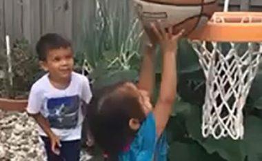 """Ndihmohet të shënonte kosh, motra e vogël inkurajohet nga vëllai: """"Ti je e fortë"""" (Video)"""