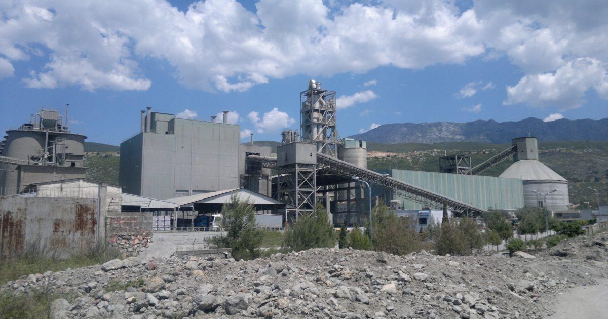 Vdes punëtori pasi e zë çimento në Elbasan (Video)