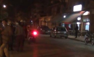Sherr, grushte dhe plumba jashtë lokalit - një i plagosur në Vlorë (Video)