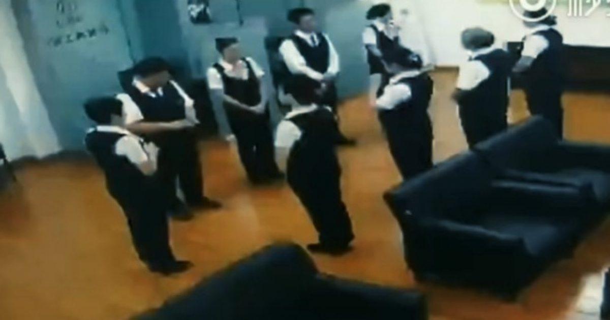 Stafi i bankës u tmerruan nga gjarpri që ra prej tavanit, derisa po zhvillonin mbledhje (Video)