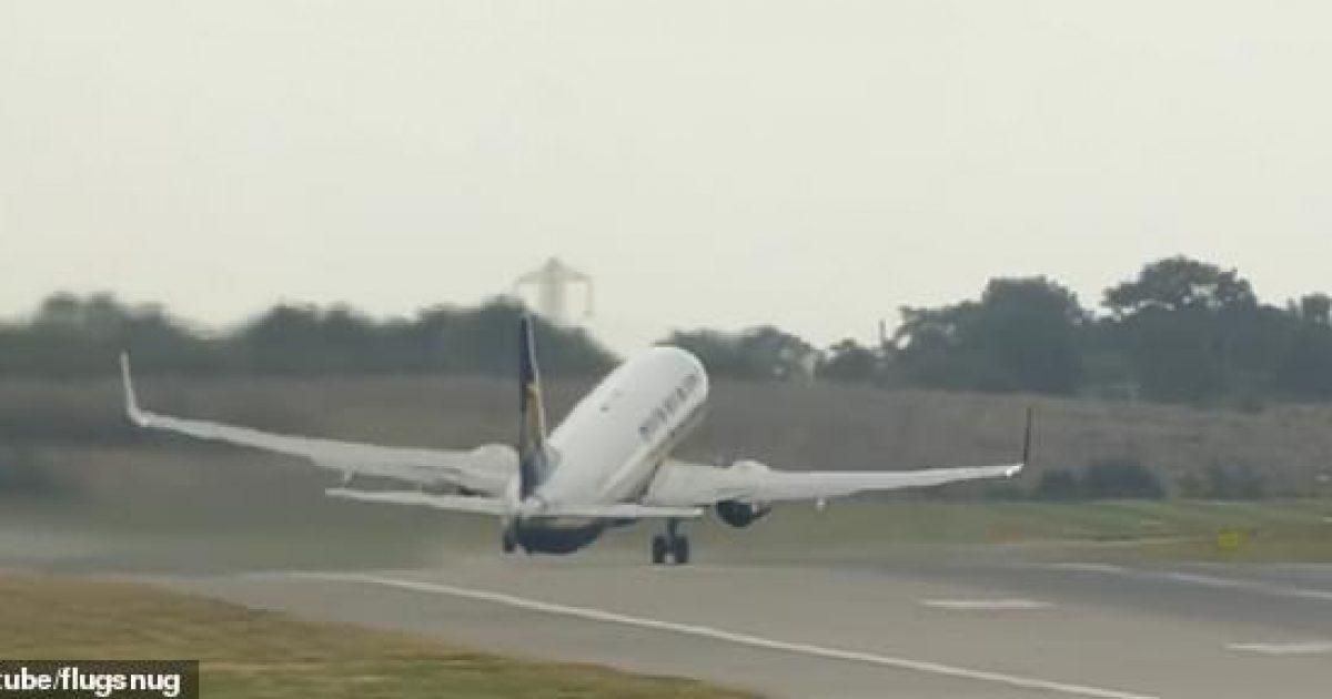 Stuhia e fuqishme ia vështirësoi nisjen, aeroplani 'vallëzoi' në pistë para fluturimit (Video)
