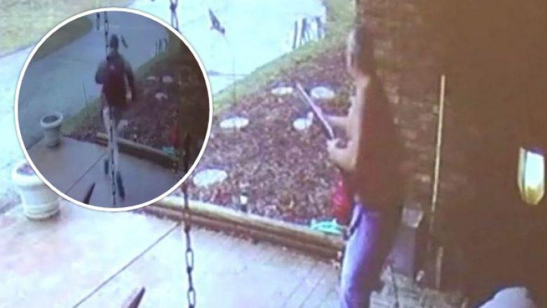 Pensionisti qëllon me armë në drejtim të djaloshit me ngjyrë – mendoi se ishte hajn, por jo, ai po kërkonte ndihmë (Video)