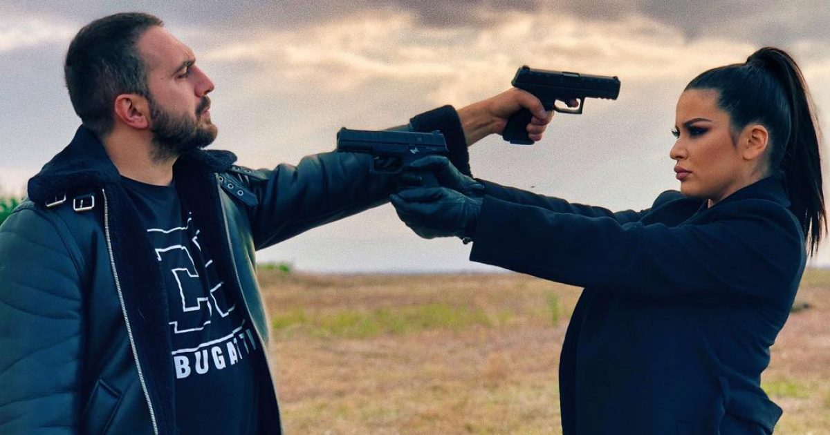 Gjiko dhe Elita habisin me fotografinë e fundit, i drejtojnë revolen njëri-tjetrit