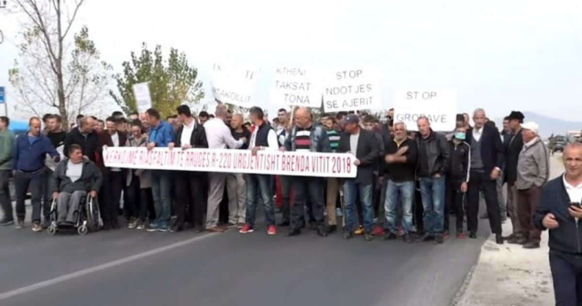 Banorët e Artakollit me protestë kërkojë riasfaltimin e rrugës Prishtinë-Mitrovicë