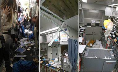 Turbulenca në ajër, rreth 15 pasagjerë të lënduar – pamje që tregojnë tmerrin që u shkaktua brenda aeroplanit (Video)