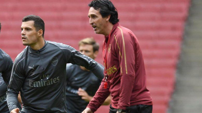 Xhaka duke marrë këshilla loje nga Emery në stërvitje