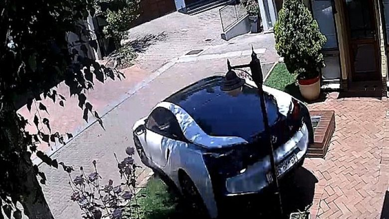 Kujdestarja e fëmijëve të çiftit të pasur mori veturën e shtrenjtë të tyre për vozitje, e shkatërroi pa dalë mirë në rrugë (Video)