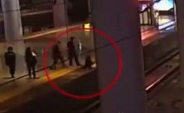 Pas grindjes me partnerin kinezja kërcen në shina, për pak sa nuk e godet treni (Video)