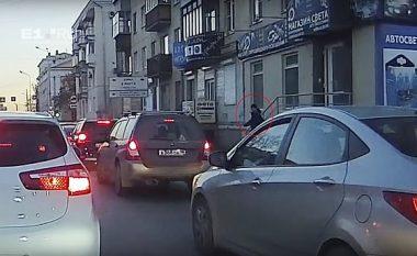 Me 200 kilometra në orë u fut me veturë në qendrën e qytetit rus, shtypi këmbësorët - kamerat e sigurisë filmuan gjithçka (Video, +18)