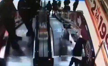 Vëllanë e vogël në karrocë e shtynë poshtë shkallëve elektrike, prindërit e fëmijëve pritet të dënohen për moskujdes (Video, +18)