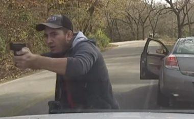 Tentoi ta ndalë për mosrespektim të rregullave të trafikut, i dyshuari nxjerr revolen dhe qëllon mbi veturën e policisë amerikane (Video)
