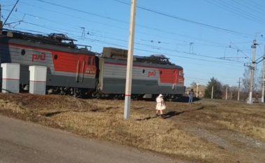 Rasti i habitshëm, treni në Rusi lëviz jashtë shinave (Video)