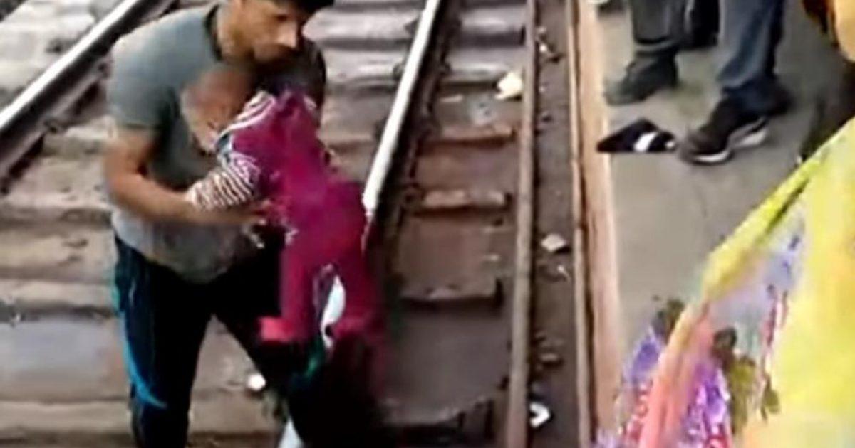 Njëvjeçarja bie në hekurudhë, treni kalon mbi të – shpëton pa asnjë gërvishtje (Video, +16)