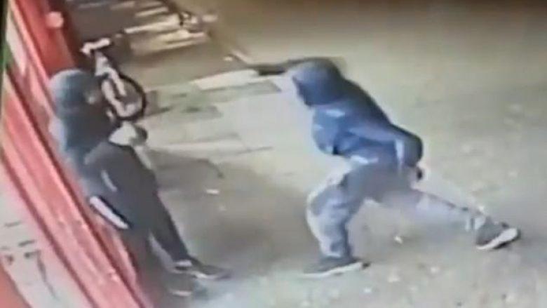 Kamerat e sigurisë filmojnë momentin, kur banda e armatosur therin me hanxhar të riun në Londër (Video, +18)