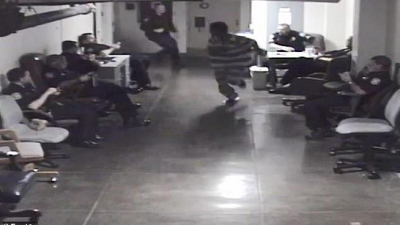 I burgosuri tentoi të arratiset nga ndërtesa e gjykatës, u pendua keq kur filloi të vrapojë në korridorin e mbushur me policë e gardianë (Video)